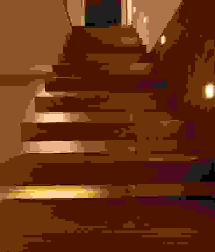 Pasillos, vestíbulos y escaleras de estilo moderno de ruiz narvaiza associats sl Moderno