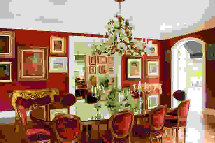 French Chateaux: Salas de jantar  por Allan Malouf Arquitetura e Interiores