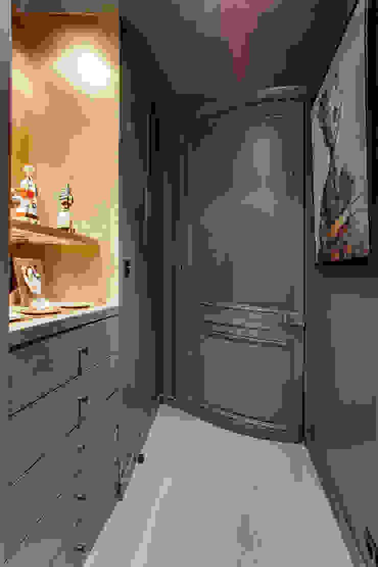 couloir vers la chambre Couloir, entrée, escaliers modernes par cristina velani Moderne