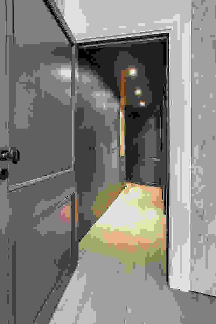 couloir donnant à la chambre Couloir, entrée, escaliers modernes par cristina velani Moderne