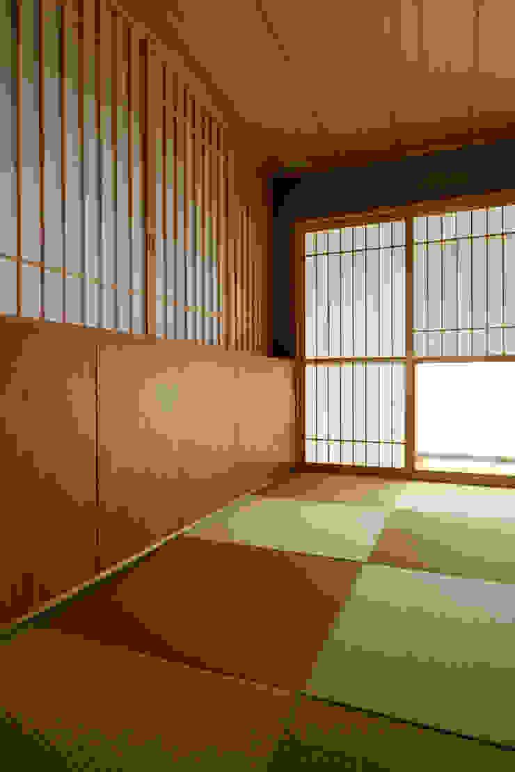 Japanese-style room 和風デザインの 多目的室 の 株式会社 Atelier-D 和風 木 木目調