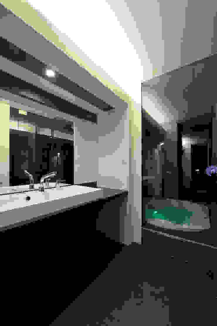 Washroom: 株式会社 Atelier-Dが手掛けた現代のです。,モダン 木 木目調