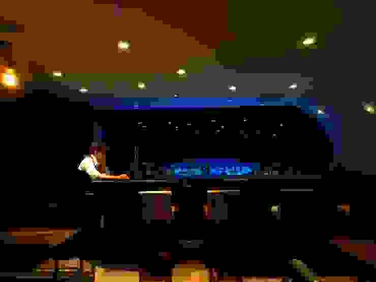 Bares y clubs de estilo moderno de (株)グリッドフレーム Moderno