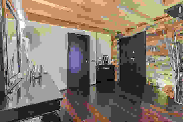Pasillos y recibidores de estilo  por Erina Home Staging,