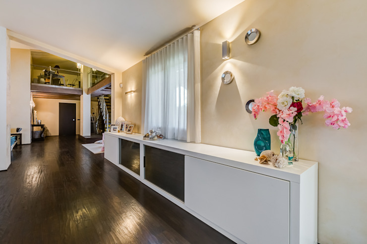 Classic style corridor, hallway and stairs by Erina Home Staging Classic