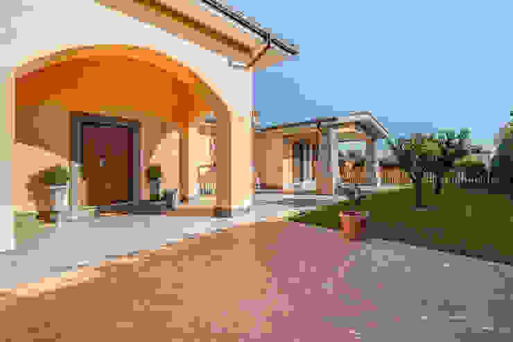 OPEN SPACE IN VILLA Balcone, Veranda & Terrazza in stile classico di Erina Home Staging Classico