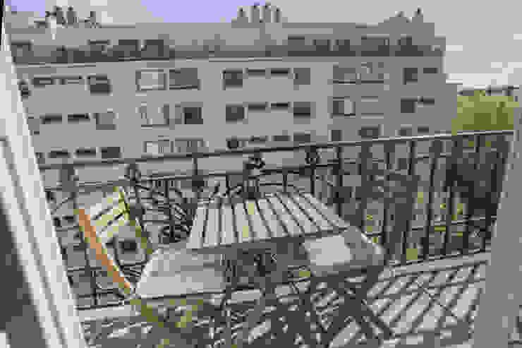 APPARTEMENT SIMON BOLIVAR 35 M2: Terrasse de style  par cristina velani, Moderne