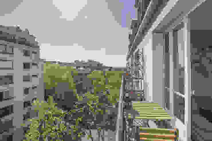 APPARTEMENT SIMON BOLIVAR 35 M2 Balcon, Veranda & Terrasse modernes par cristina velani Moderne