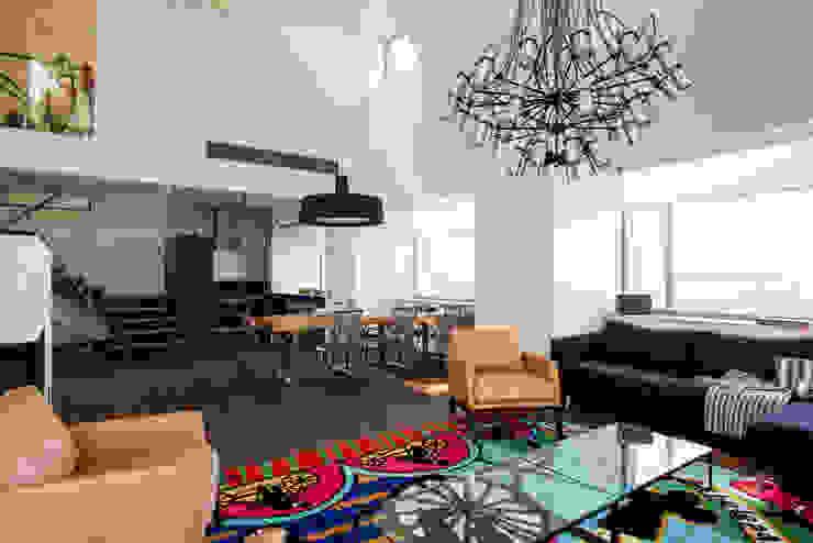 Wohnzimmer mit vielen Ecken und großzügigen Accessoires Minimalistische Wohnzimmer von Baltic Design Shop Minimalistisch