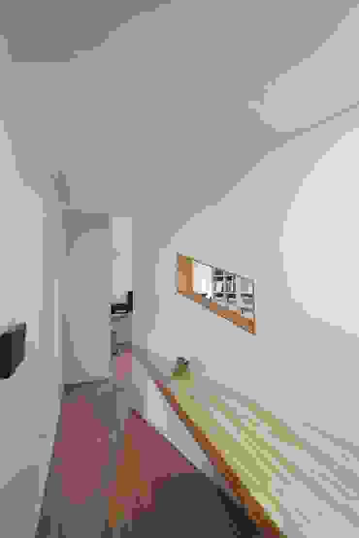 Loop House 무한궤도 하우스 모던스타일 복도, 현관 & 계단 by ADMOBE Architect 모던
