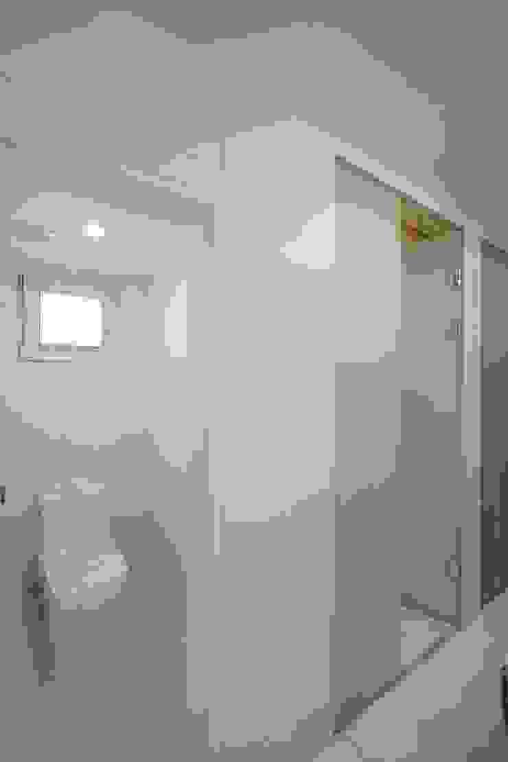 Sunlight House 빛이 쏟아지는 집 모던스타일 욕실 by ADMOBE Architect 모던