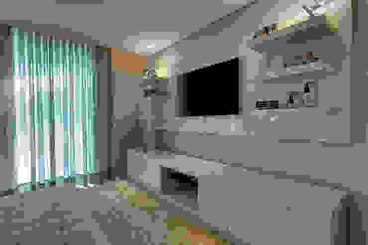 Suíte do casal - Painel de tv Quartos modernos por Isabella Magalhães Arquitetura & Interiores Moderno
