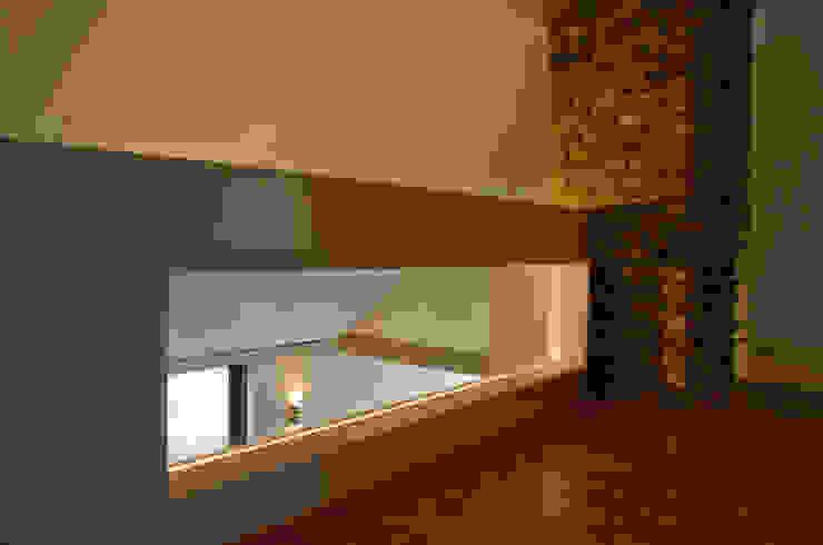 Ontwerpbureau Op den Kamp Pasillos, vestíbulos y escaleras de estilo moderno