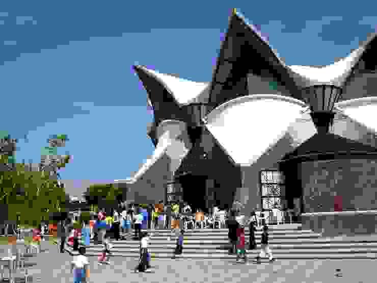 Acceso Centros de exposiciones de estilo moderno de InSitu Moderno