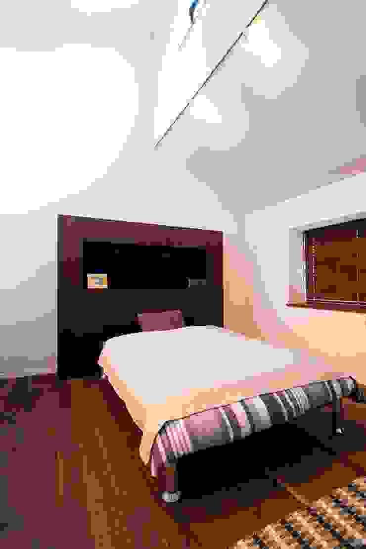 ベッドルーム モダンスタイルの寝室 の QUALIA モダン