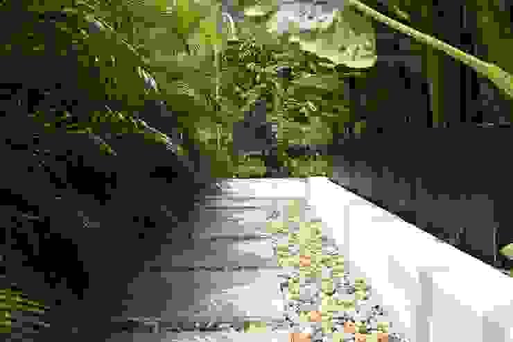 Texturas de piso espacios perimetrales piscina. Jardines de estilo moderno de homify Moderno