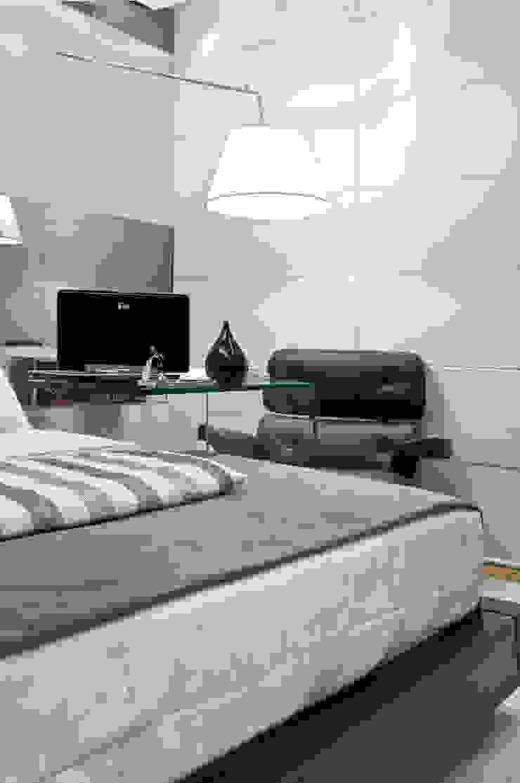 Quarto do Jovem Executivo Quartos modernos por Isabella Magalhães Arquitetura & Interiores Moderno