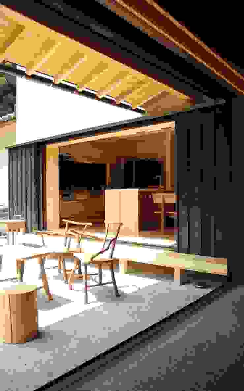 「曲がり土間の家」 和風デザインの テラス の 尾脇央道(重川材木店) 和風