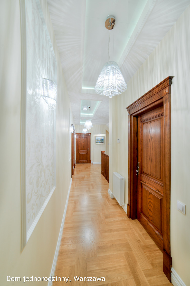 przedpokój Klasyczny korytarz, przedpokój i schody od Auraprojekt Klasyczny