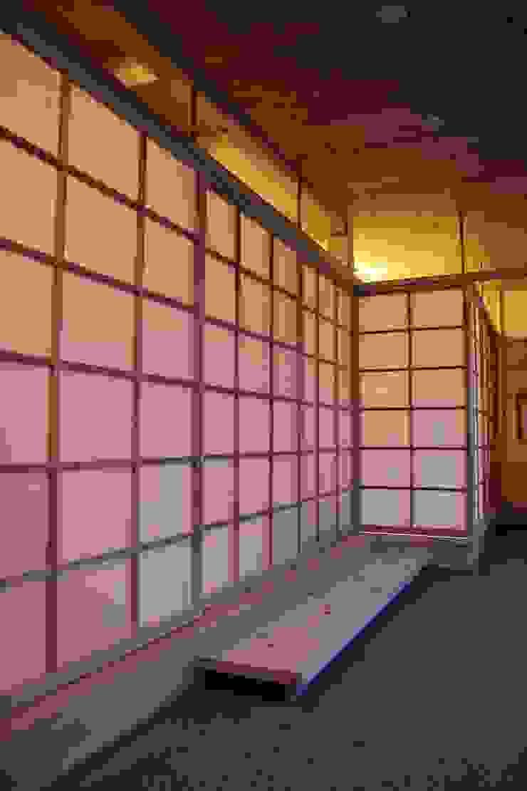 Asian style corridor, hallway & stairs by 尾脇央道(重川材木店) Asian