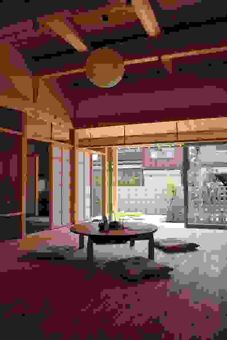 「土間のある小さくて広い家」 和風デザインの リビング の 尾脇央道(重川材木店) 和風