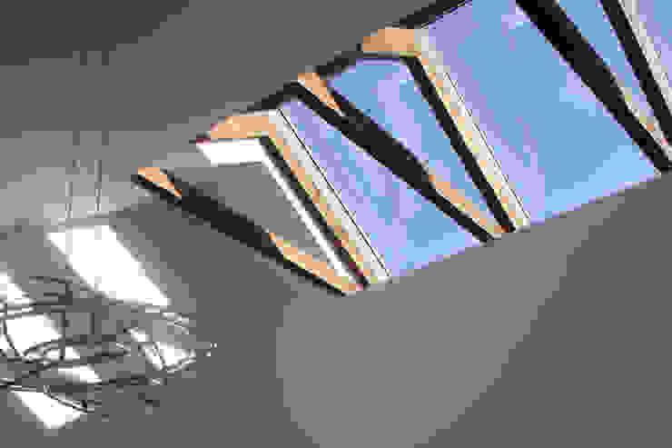 Spelend licht - verbouw woonhuis Silvolde Moderne keukens van Dick van Aken Architectuur Modern
