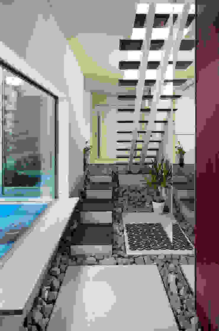 株式会社タバタ設計 Asian style corridor, hallway & stairs