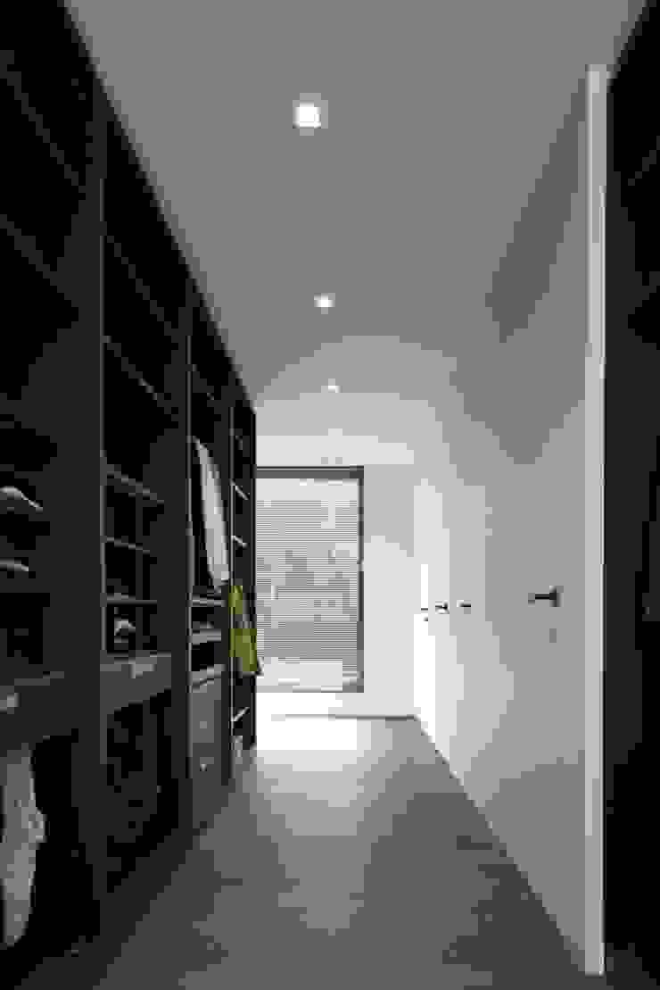 Modern dressing room by De Plankerij BVBA Modern