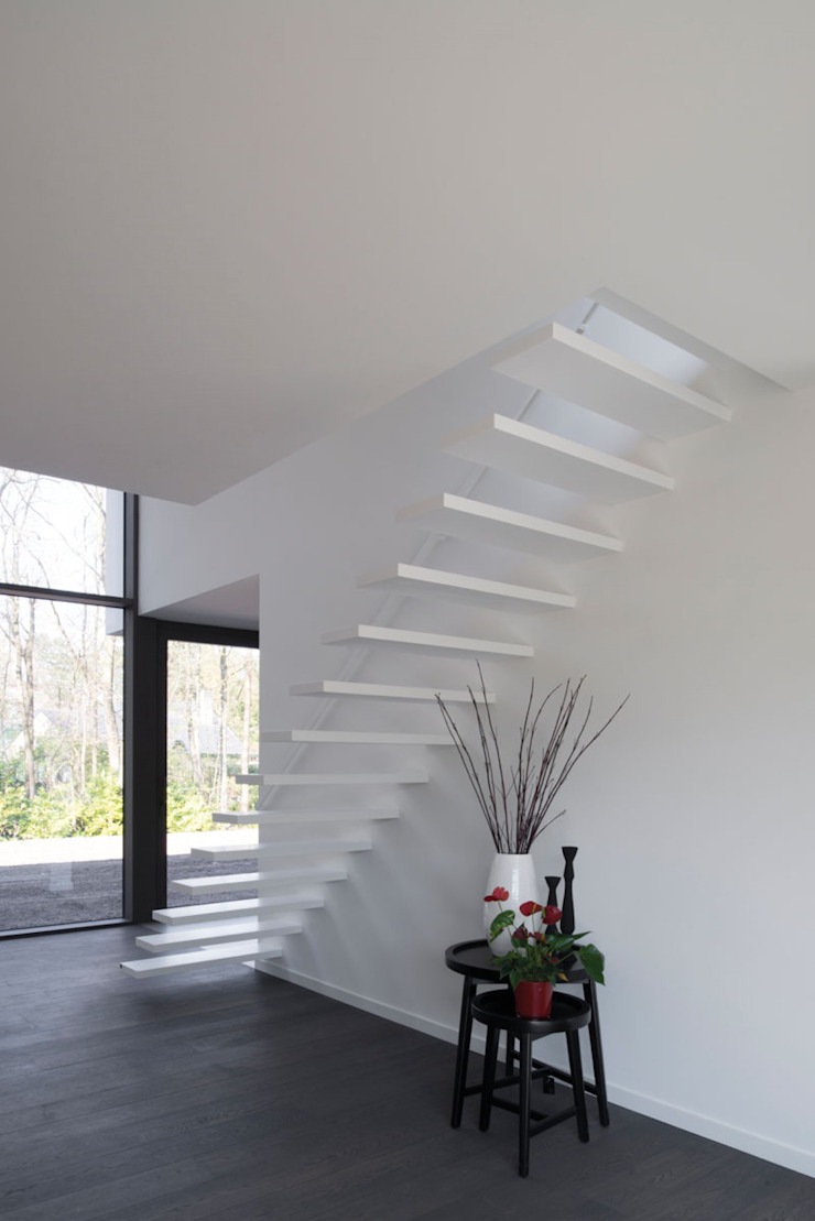 Modern corridor, hallway & stairs by De Plankerij BVBA Modern