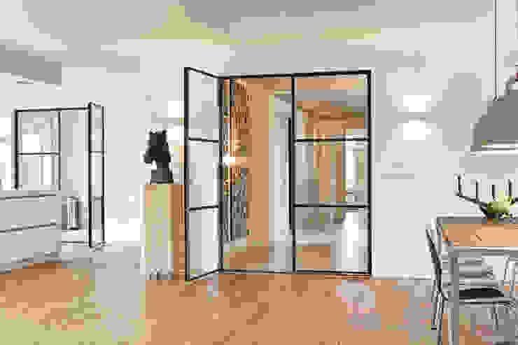 Deze stoere industriële stalen deuren geven een bijzondere uitstraling aan de woning Moderne woonkamers van Jolanda Knook interieurvormgeving Modern