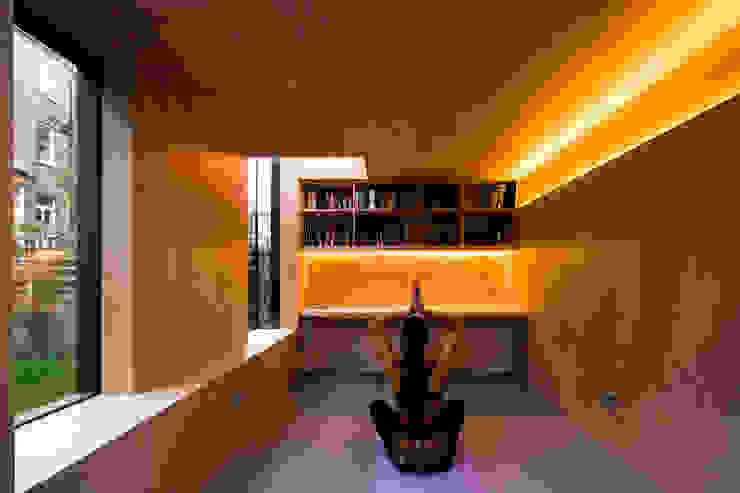 Shadow Shed Gimnasios en casa de estilo moderno de Neil Dusheiko Architects Moderno