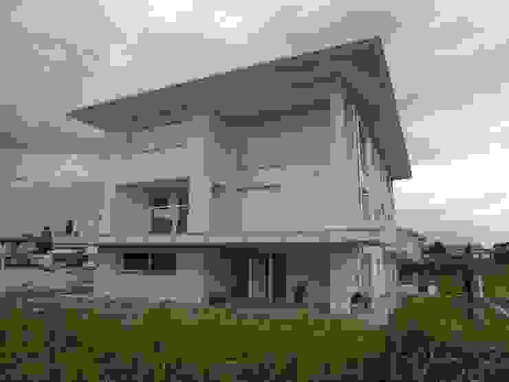 モダンな 家 の Studio di Architettura e Ingegneria Brasina-Rubino モダン