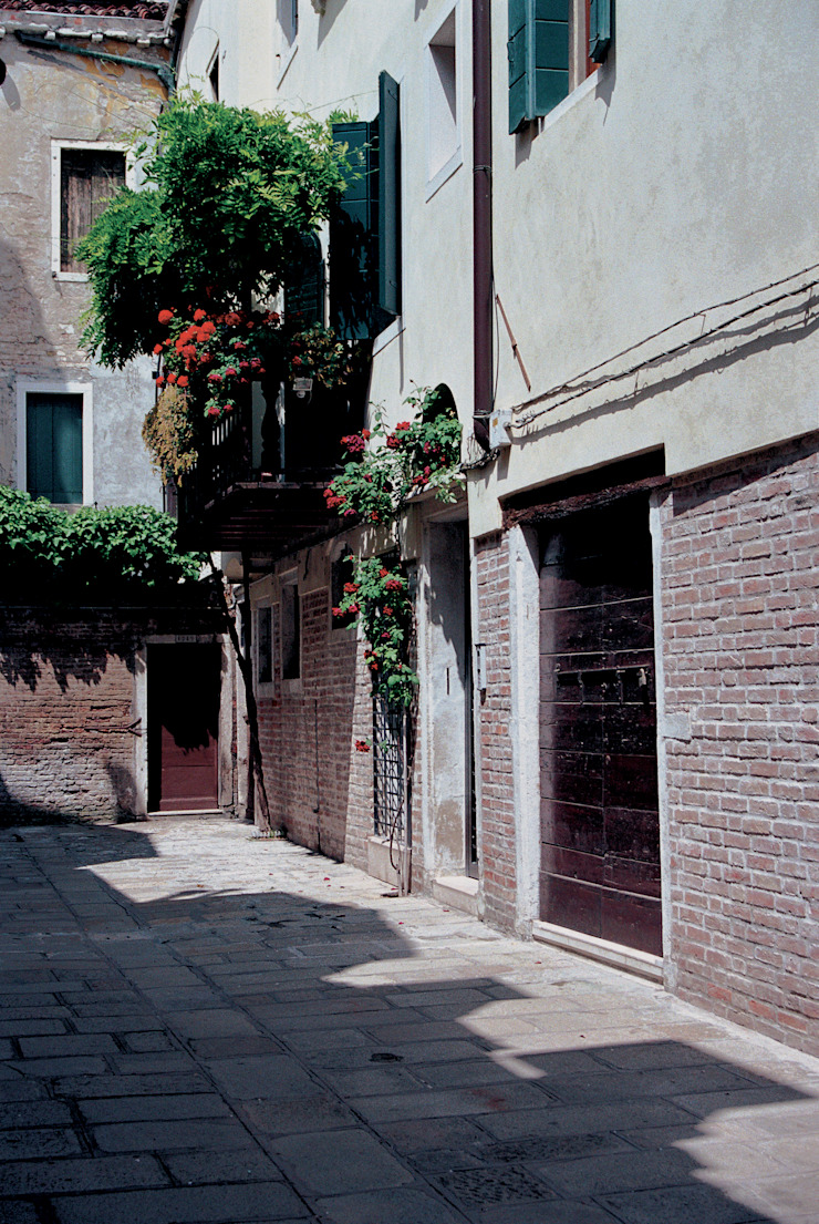 by Studio Valle architettura e urbanistica Мінімалістичний