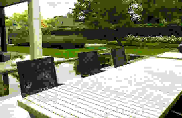 Moderne tuin met vijver en zwembad Moderne tuinen van Stoop Tuinen Modern