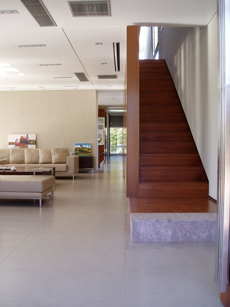 Casa NR Pasillos, vestíbulos y escaleras modernos de gatarqs Moderno