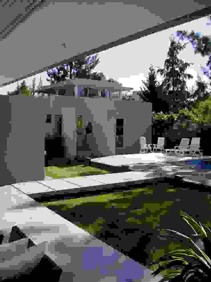 Casa NR Jardines modernos: Ideas, imágenes y decoración de gatarqs Moderno