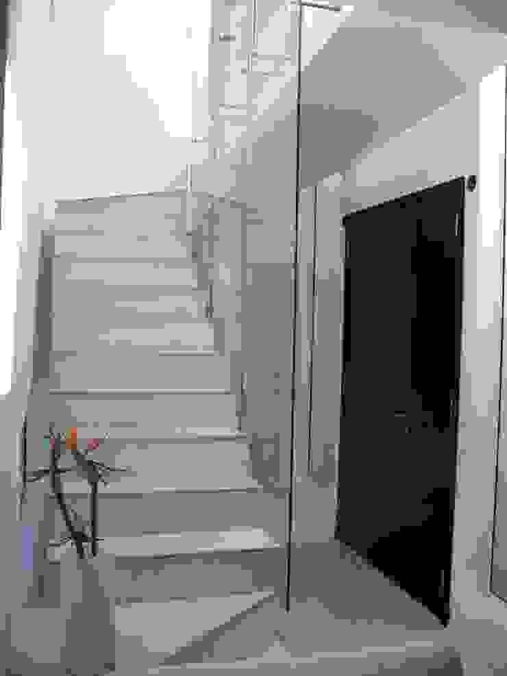 Casa Guinter Pasillos, vestíbulos y escaleras modernos de Estudio d360 Moderno