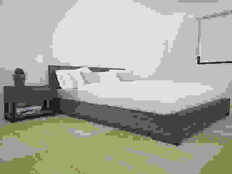モダンスタイルの寝室 の Teorema Arquitectura モダン