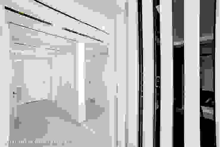 dom ul.Goplan Lublin Nowoczesny korytarz, przedpokój i schody od Auraprojekt Nowoczesny