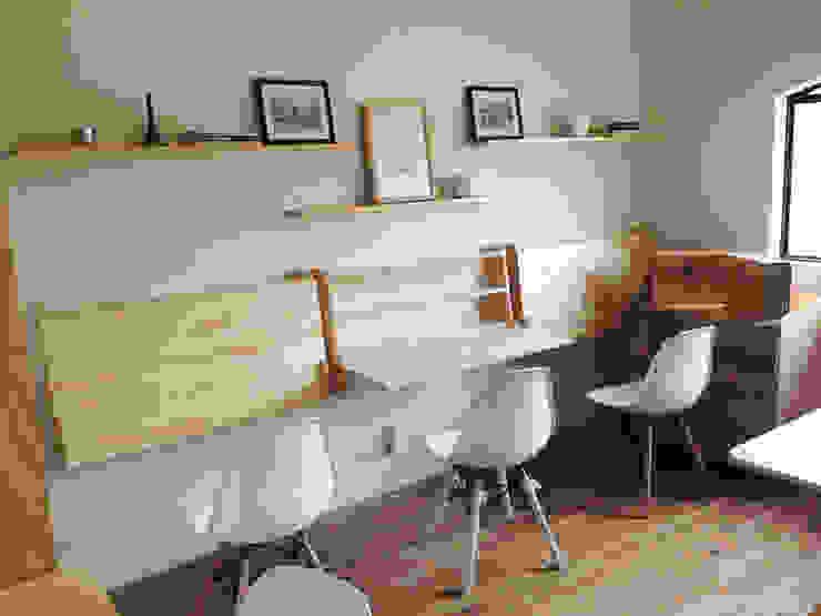 OFICINA5: Oficinas y tiendas de estilo  por Clorofilia, Moderno Contrachapado