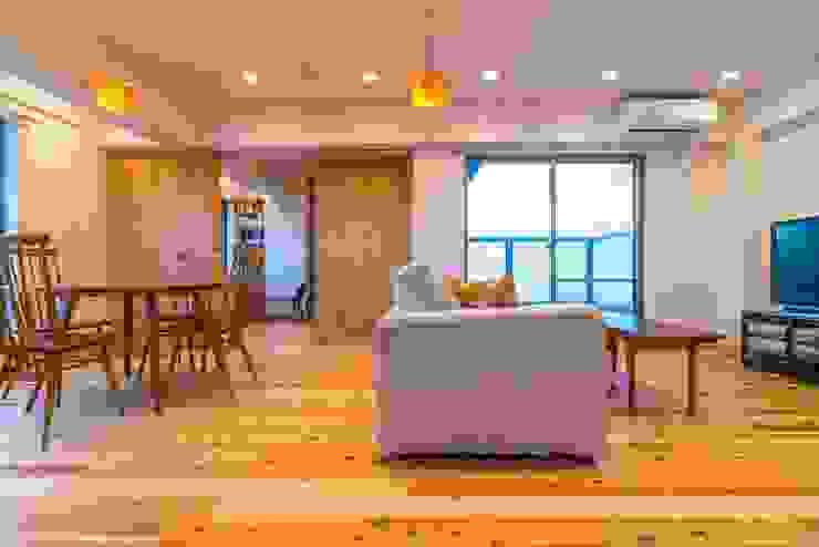 高級旅館の内風呂のような浴室がある和とレトロな質感に包まれた住まい モダンデザインの リビング の QUALIA モダン