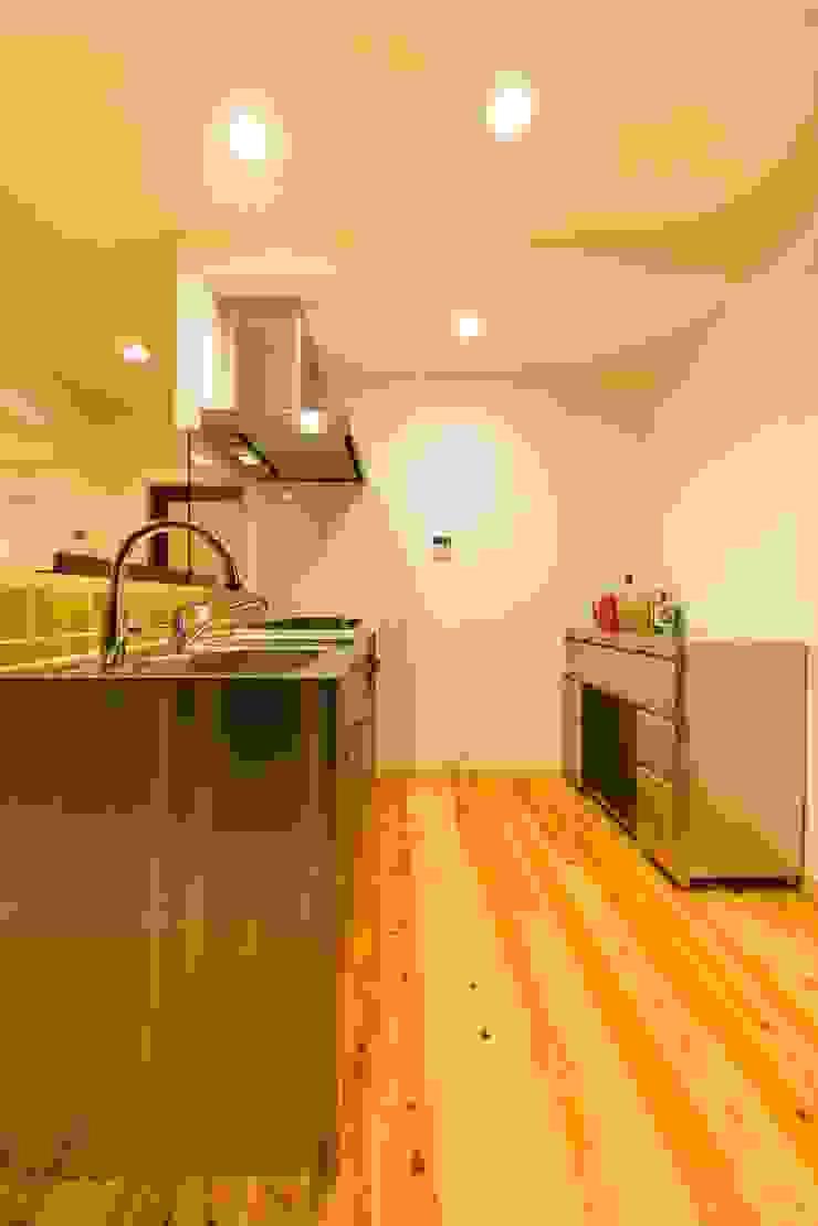 高級旅館の内風呂のような浴室がある和とレトロな質感に包まれた住まい モダンな キッチン の QUALIA モダン
