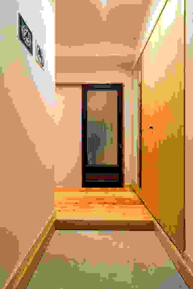 高級旅館の内風呂のような浴室がある和とレトロな質感に包まれた住まい モダンスタイルの 玄関&廊下&階段 の QUALIA モダン