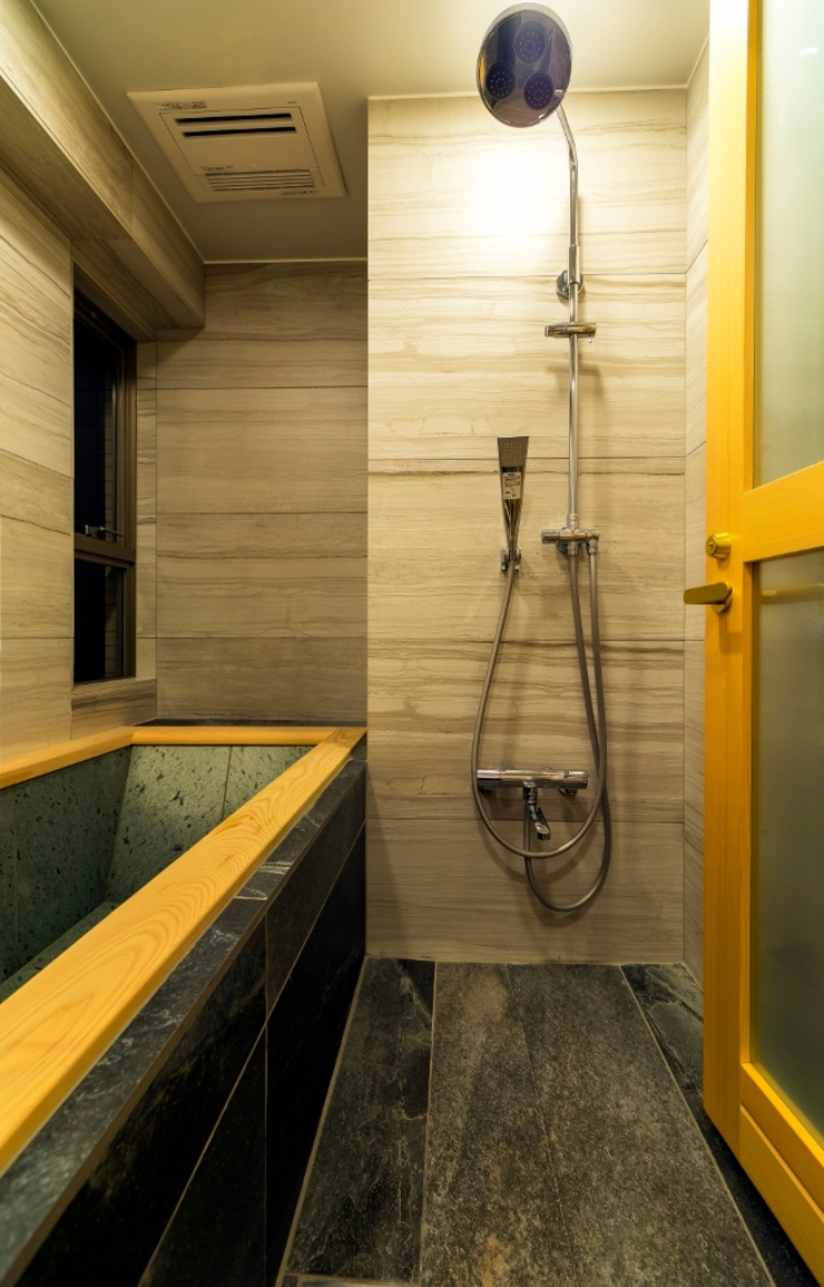高級旅館の内風呂のような浴室がある和とレトロな質感に包まれた住まい モダンスタイルの お風呂 の QUALIA モダン