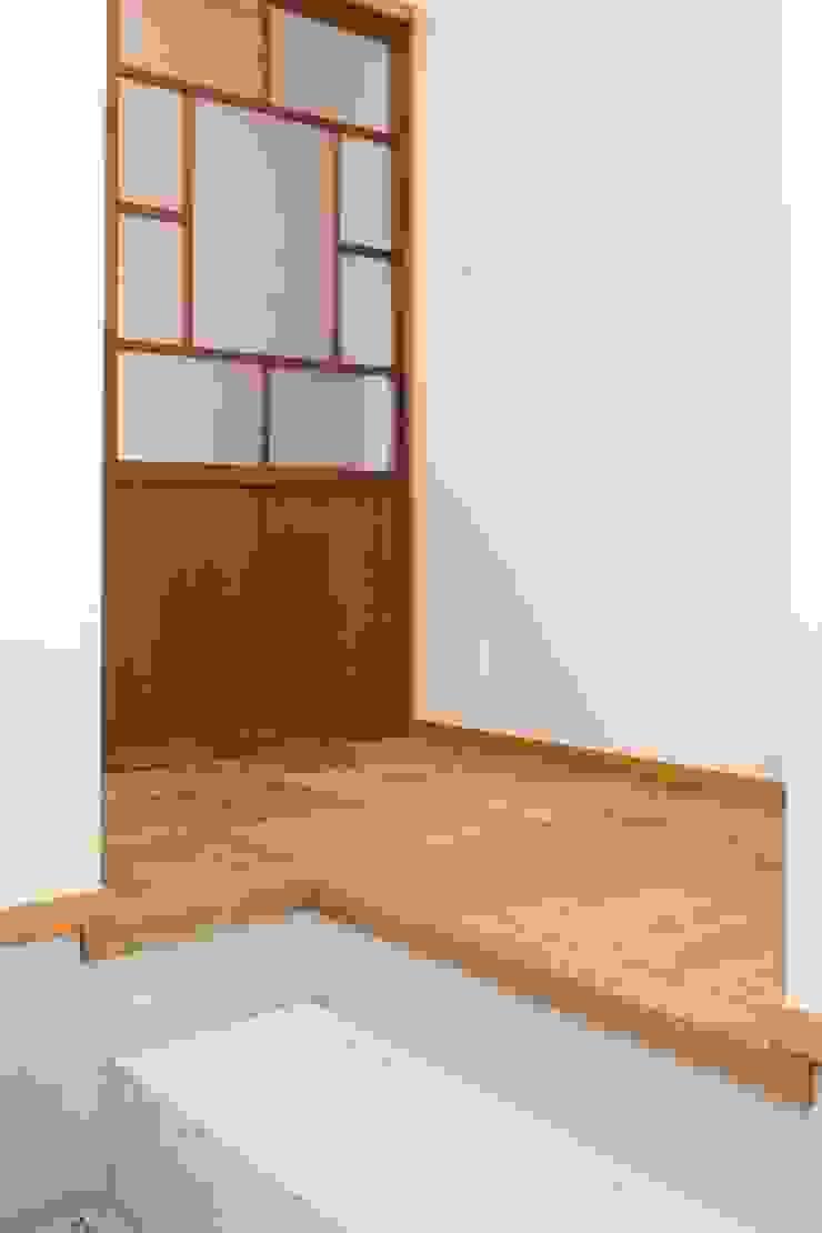 Asian style corridor, hallway & stairs by アトリエdoor一級建築士事務所 Asian