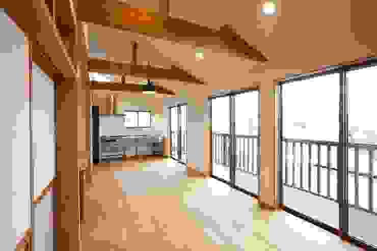 2階のリビング、キッチン 和風デザインの リビング の アトリエdoor一級建築士事務所 和風 木 木目調