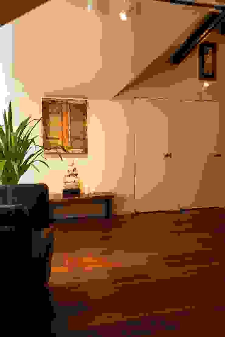 フロアごとに異なる顔を持つ遊び心満載の住まい オリジナルスタイルの 寝室 の QUALIA オリジナル