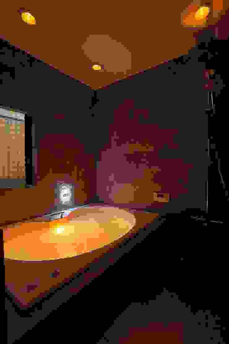 フロアごとに異なる顔を持つ遊び心満載の住まい オリジナルスタイルの お風呂 の QUALIA オリジナル