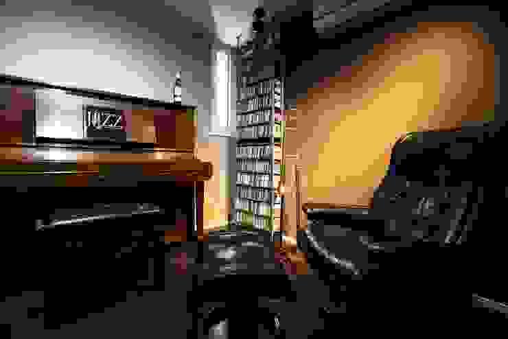 音楽好きな家族の防音室がある圧倒的な開放感の住まい モダンデザインの 多目的室 の QUALIA モダン