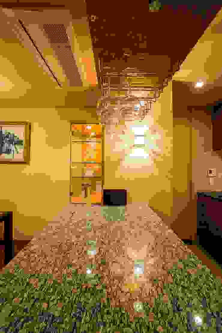 家族の絆が深まるバーカウンターを備えた都心のタワーマンション モダンな キッチン の QUALIA モダン